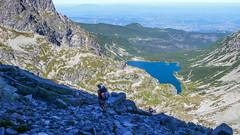 Zejście z Koziej Przełęczy do Koziej Dolinki. W tle Czarne Staw Gąsienicowy