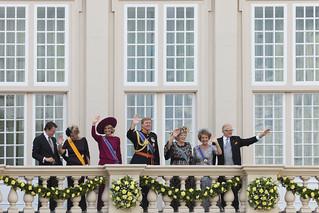 La familia real saluda durante la inauguración del curso parlamentario.