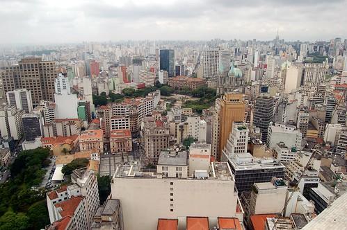 Der alte Stadtplatz von Sao Paolo mit Kathedrale und Justizpalast verliert sich zwischen den Häusern