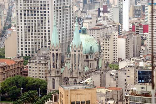 Die Kathedrale ganz klein zwischen den gewaltigen Häusern