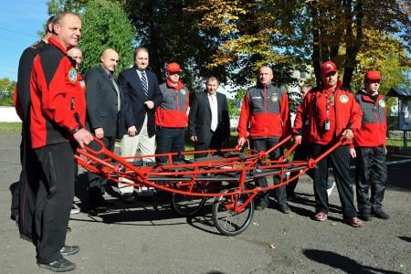 Česká republika věnuje záchranné vozíky pro svoz raněných a další vybavení ukrajinským záchranářům