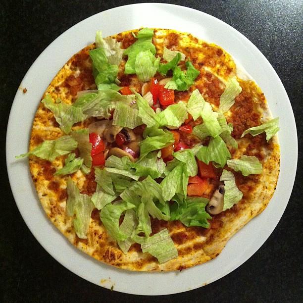 Turkse #pizza vd Lidl.. Paprikatje, champignons en sla dr op! Hoppa, smullen maar :)