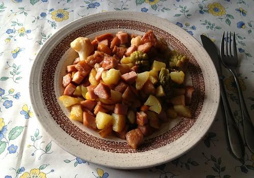 Kartoffel-Gemüsepfanne mit Leberkäse / Potato vegetable stew with meat loaf