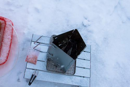 チャコールスターターで暖を取る