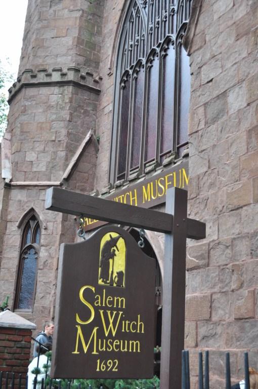 El museo de las brujas es el lugar más popular de Salem, con largas colas. Salem, la ciudad de las brujas - 8079348835 2b6080308a o - Salem, la ciudad de las brujas