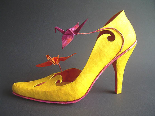 3D Paper Shoes Templates http://www.allthingspaper.net/2012/10/paper-shoes-kwandera.html