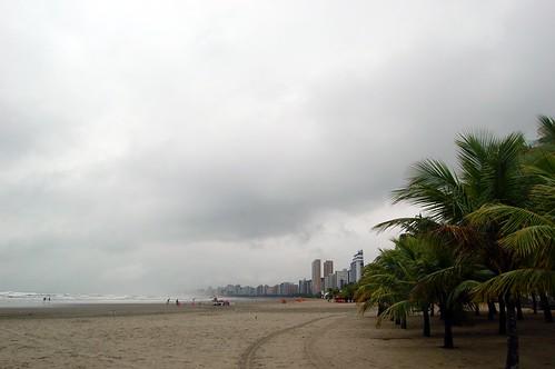 Der leere Strand von Praia Grande im Sturm