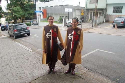 zwei Frauen mit Ordenskutte und Stiefel, die Kutte zeigt ein Kreuz auf der Brust
