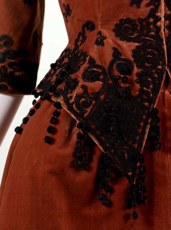 קריסטובל בלנסיאגה, מערכת לערב: מחוך, חצאית וחצאית תחתונה, 1943. תמונה: ארכיון בלנסיאגה, פריז