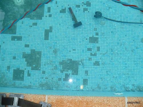 Tegelreparatie ; Verwijderen losse zwembad tegels