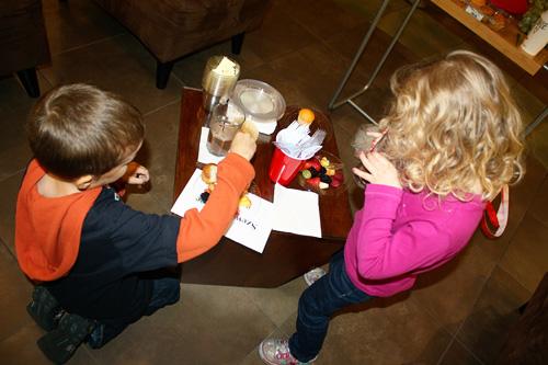 Kids-eating-fruit