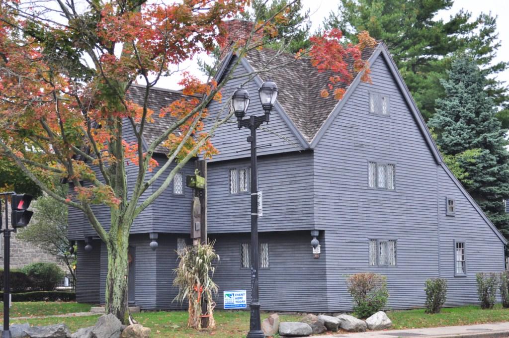 La casa de las brujas, es la única estructura que todavía se mantiene en pie en Salem con vínculos directos con los hecho de brujería de 1692. La casa es un excelente ejemplo de la arquitectura del siglo XVII. En 1944, la casa de la bruja se convirtió en el catalizador que puso en marcha una nueva ola de restauraciones en Salem. Un grupo de ciudadanos donaron el dinero suficiente para restaurar el edificio. El nuevo museo se abrió oficialmente al público en 1948. Hoy en día, la Casa de la bruja ofrece información sobre el estilo de vida del siglo XVII, el mobiliario y la arquitectura con una visión fascinante de los acontecimientos de 1692.  Salem, la ciudad de las brujas - 8079357497 23a5b7ca92 o - Salem, la ciudad de las brujas