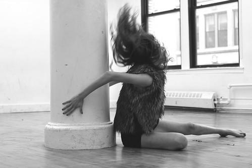 [フリー画像素材] 人物, 女性, 髪がなびく, モノクロ ID:201210181400