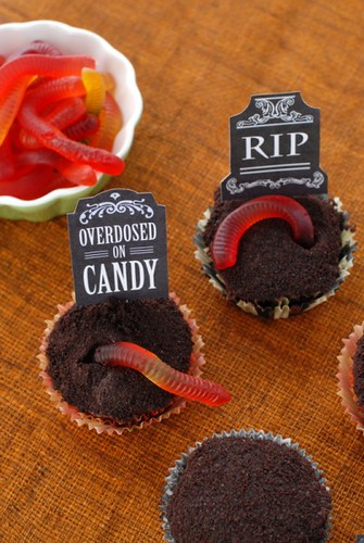 Halloween Cupcake Decorating Ideas Gummy Worms : Halloween graveyard cupcakes with gravestones saying ...