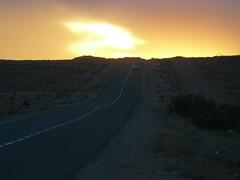 Atardecer en una carretera de Marruecos