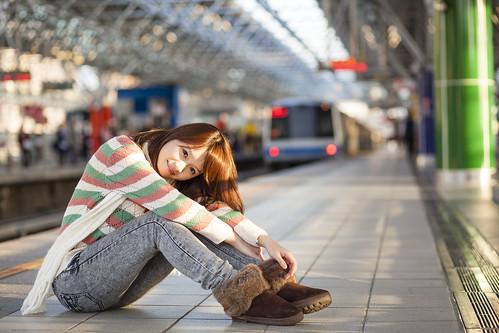 [フリー画像素材] 人物, 女性 - アジア, セーター, ジーンズ, 女性 - 座る, 鉄道駅・プラットフォーム, 台湾人 ID:201301262200