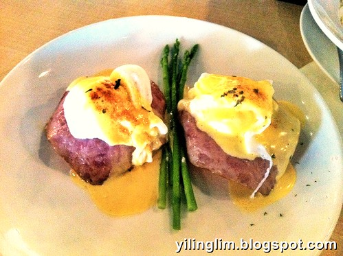 Egg benedict with tukey ham