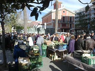 Gent fent cua per comprar verdures