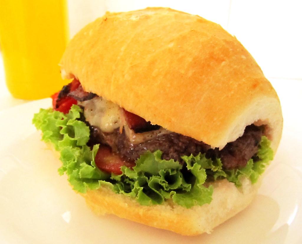 Delicioso hamburguer de carne com bacon e queijo