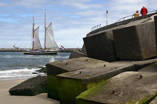 Un velero parte del puerto de Scheveningen.