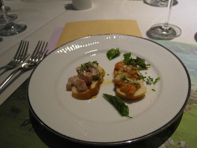 開胃菜:兩種不同口味的 Bruschetta