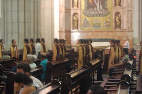 Eine Kolonne Ritterinnen in der Kathedrale