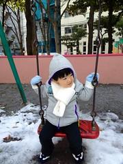 雪の残る公園でブランコ(妻撮影) 2013/1/17