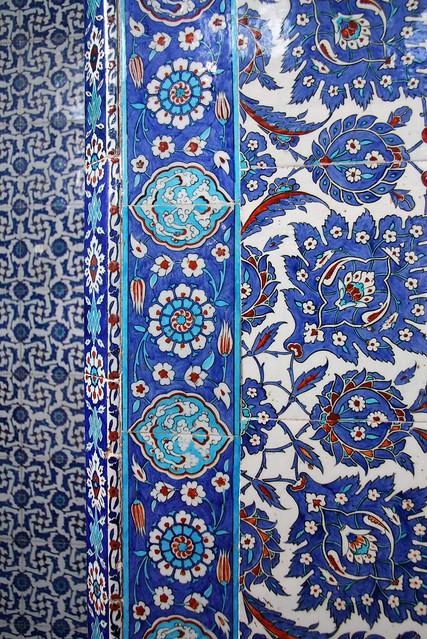 Beautiful blue Iznik tiles at Rustem Pasha Mosque, Istanbul, Turkey イスタンブール、リュステム・パシャ・モスクの美しいイズニック・タイル