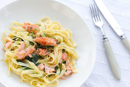 Makaronid kreemja lõhe-spinatikastmega / Tagliatelle with pan-seared salmon and creamy spinach sauce