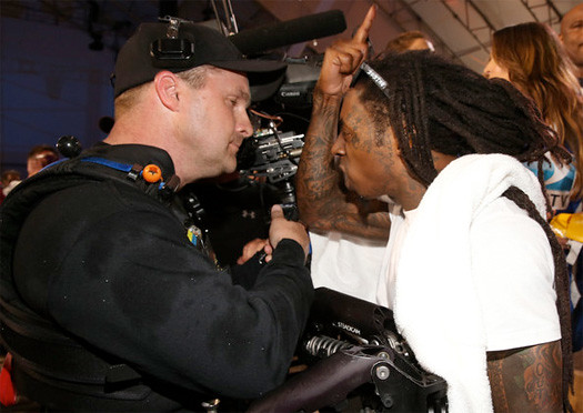 Lil Wayne brigas com Cameraman no Celebrity Beach Bowl