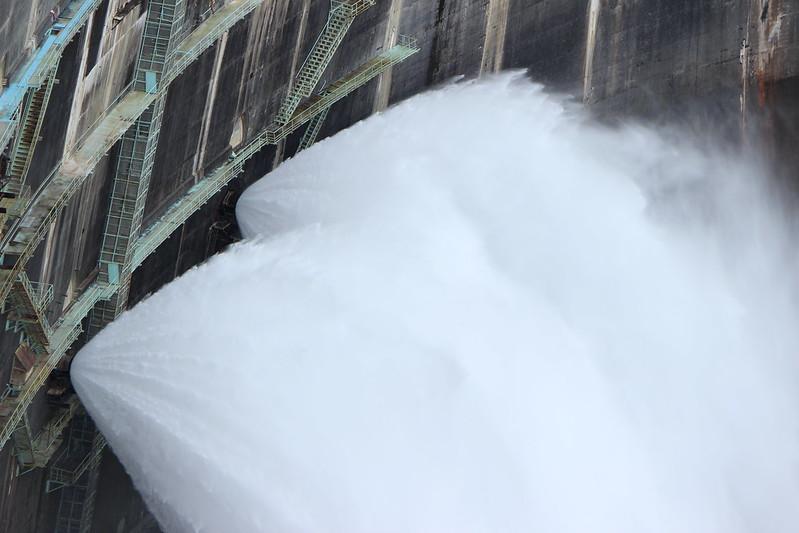黒部ダムの放水 その2