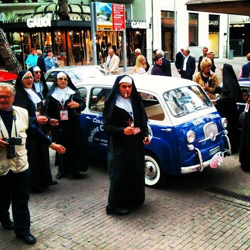 Sorelle in Viale Ceccarini Riccione in Multipla 600 Fiat
