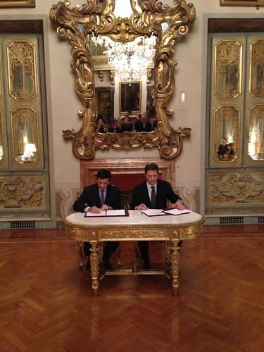 Firma del comunicato finale presso l'ambasciata