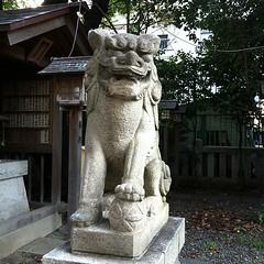 狛犬探訪 御園神社 子取り玉取り 台座に銘はないがそばに建てられた幡をたてる支柱には昭和六十参年七月とある 石工の名はない