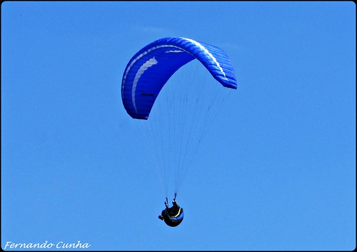 O azul do parapente e o azul do céu.