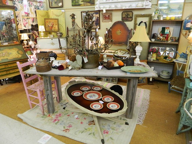 booth at Queen of Hearts, Alpharetta via homeologymodernvintage.com