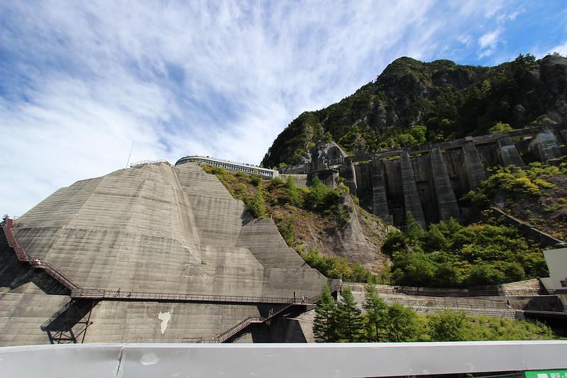 黒部ダムの壁面