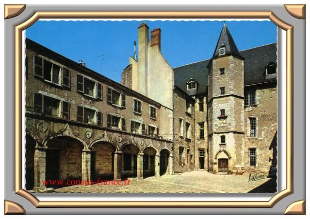 BEAUGENCY - La cour intérieure du château -70-150