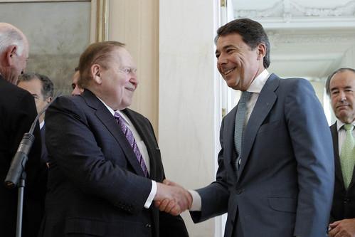 Sheldon Aldeson y el presidente madrileño Ignacio Gonzalez