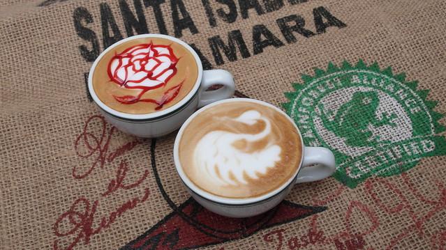 咖啡拉花作品:玫瑰花與天鵝