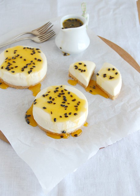 White chocolate cheesecake with passion fruit syrup / Cheesecake de chocolate branco com calda de maracujá