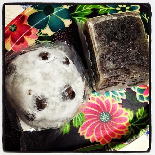 今日のお菓子はつる瀬の豆大福と三はし堂のきんつば。食べ過ぎ?