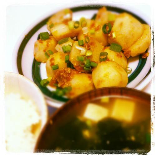 里芋の塩麹あえ、豆腐の味噌汁、ご飯、納豆。塩麹って結構まろやかな感じなんだねー