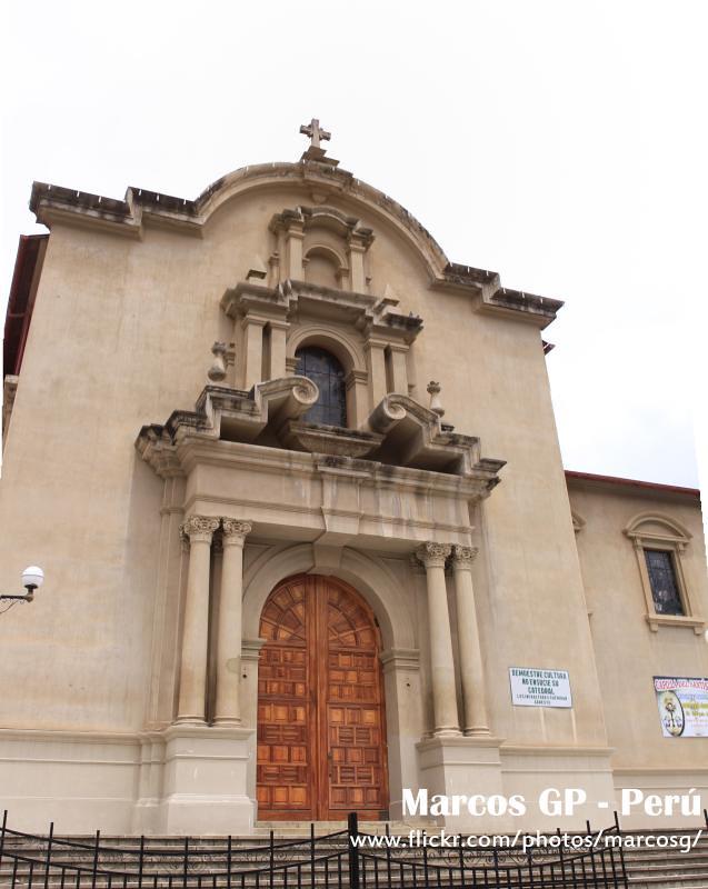 Mi fotografia puerta lateral de la catedral de tarma por for Puerta 8 san marcos