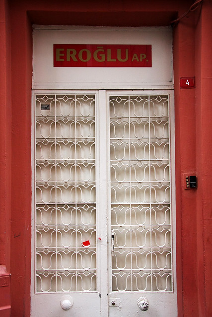 Lovely door with Turip shaped decoration, Istanbul, Turkey イスタンブール、チューリップ装飾のドア