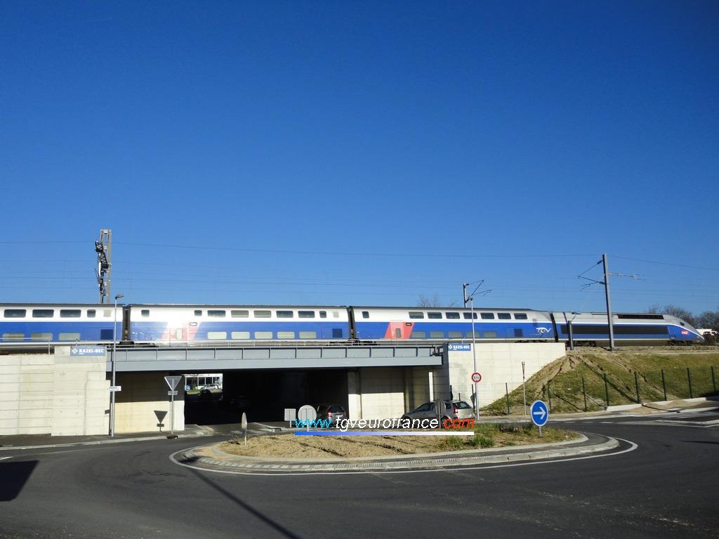 Une rame à grande vitesse TGV Duplex de SNCF Voyages franchit un pont &agra;ve Aubagne.