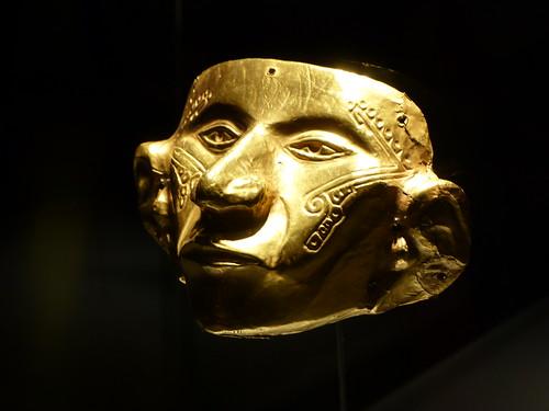 Cabeza de oro expuesta en el Museo del oro de Bogotá