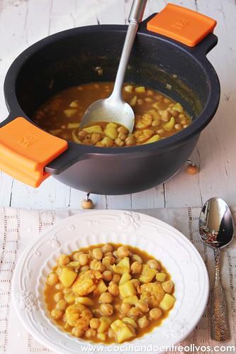 Garbanzos con choco y langostinos www.cocinandoentreolivos (15)