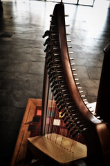 guitar(0.0), string instrument(1.0), clã rsach(1.0), harp(1.0), close-up(1.0), string instrument(1.0),