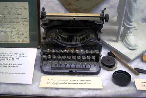 amundsen\'s schreibmaschine, aus dresden.